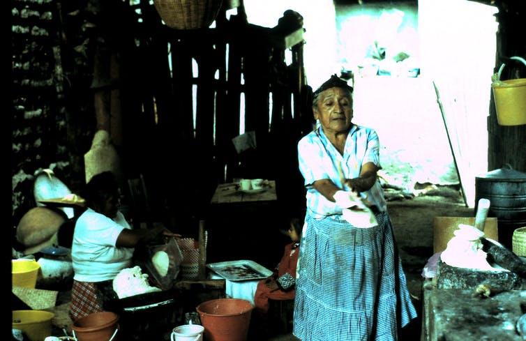 Une femme prépare de la farine de maïs pour des tortillas