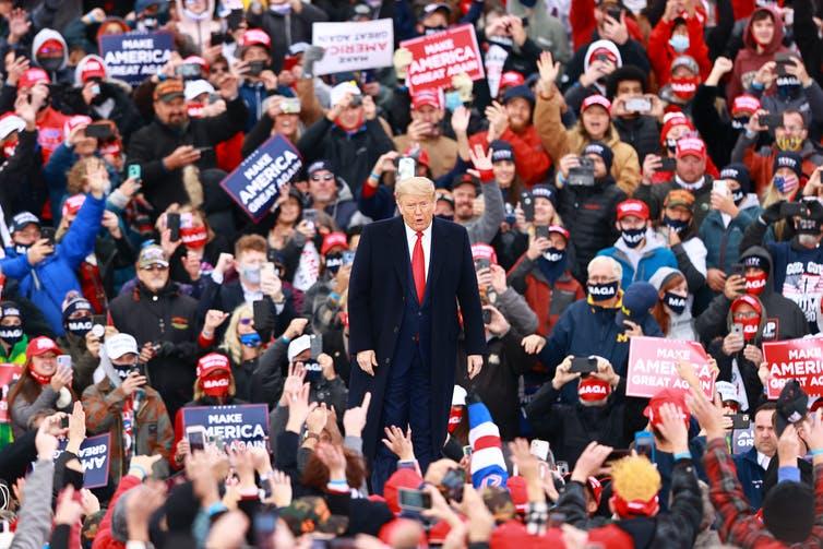 Trump face à une foule