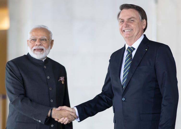 Modi et Bolsonaro se serrent la main