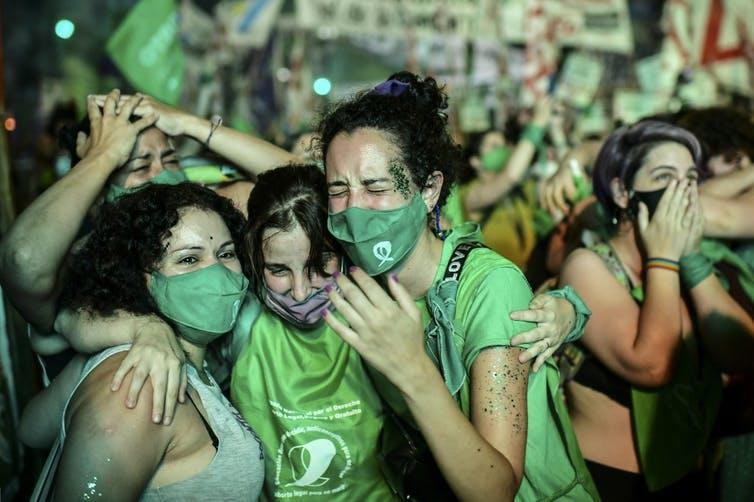 Les militants pro-choix font la fête après l'approbation par le Sénat d'un projet de loi visant à légaliser l'avortement en dehors du Congrès à Buenos Aires le 30 décembre 2020.